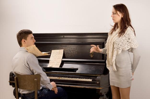Junges paar übt ein klassisches duett