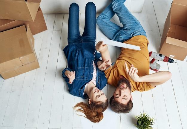 Junges paar umzugskartons renovierung einweihungsparty. foto in hoher qualität