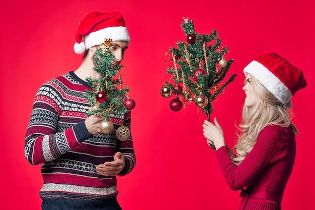 Junges paar urlaub spaß freude weihnachtsdekoration