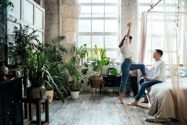 Junges paar verbringt zeit in ihrem schönen landhaus