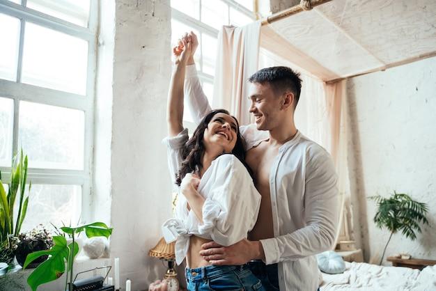 Junges paar verbringt zeit und tanzt in ihrem schönen landhaus