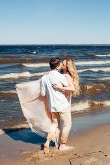 Junges paar verliebt am strand