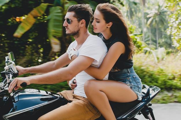 Junges paar verliebt, motorrad fahren