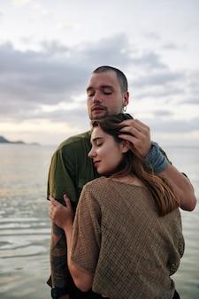 Junges paar verliebt umarmt