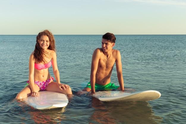 Junges paar von surfern