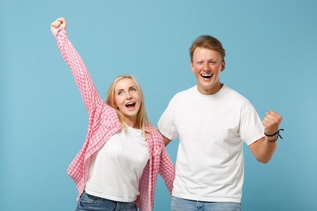 Junges paar zwei freunde kerl mädchen in weißen rosa leeren leeren design t-shirts posiert