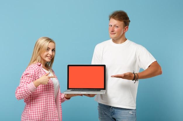 Junges paar zwei freunde mann und frau in weißen rosa t-shirts posieren