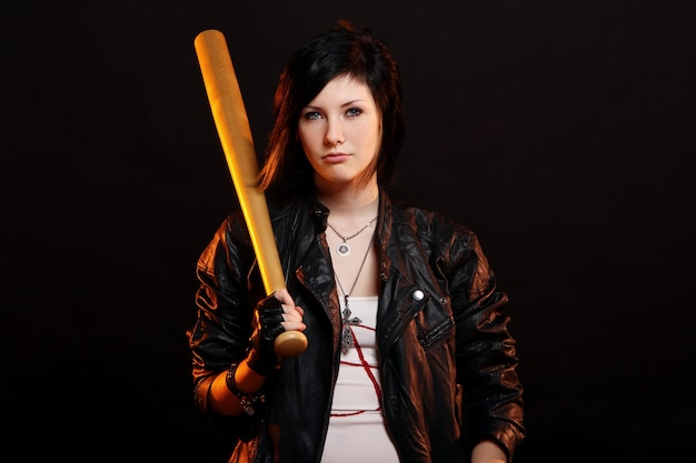 Junges punkmädchen mit baseballschläger