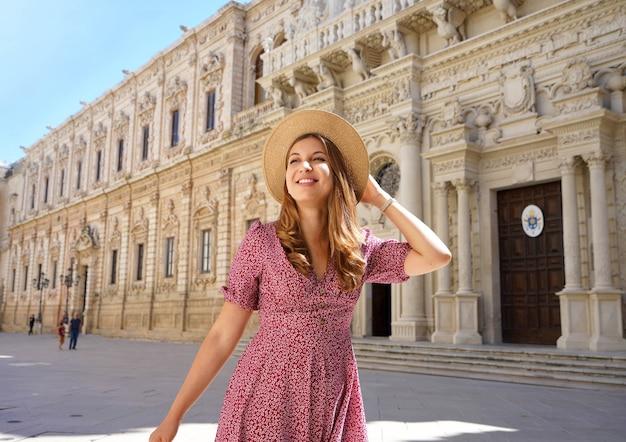 Junges reisemädchen, das zwischen den kulturellen und barocken schönheiten von lecce, apulien, italien schlendert?