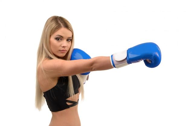 Junges schönes blondes sexy boxmädchen, das mit handschuhen aufwirft