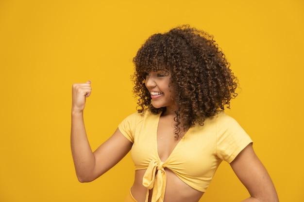 Junges schönes brunettemädchen, das glücklich ja sagt sich freut