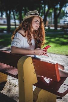 Junges schönes glückliches redheadmädchen mit sommersprossen