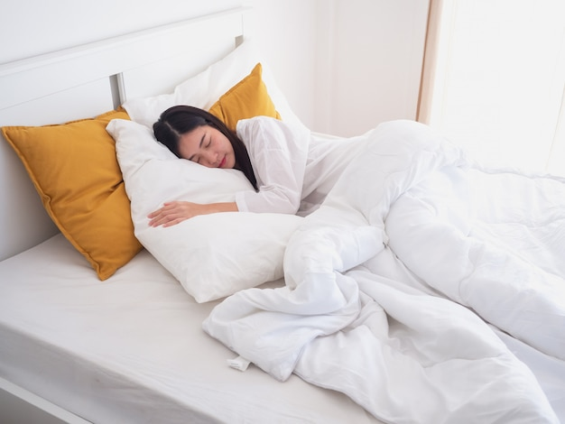 Junges schönes mädchen, das im schlafzimmer schläft