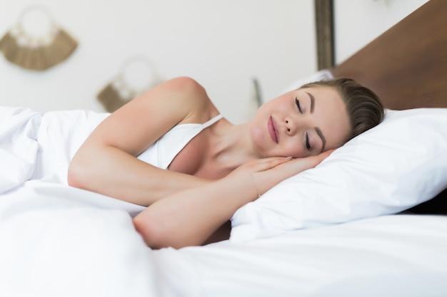 Junges schönes mädchen schläft im schlafzimmer
