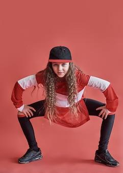 Junges schönes nettes mädchentanzen, modernes dünnes hip-hop-artjugendlichenspringen