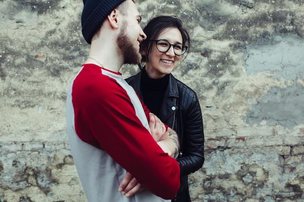 Junges schönes paar, das herumalbert