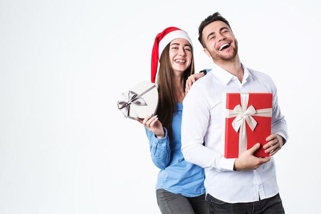 Junges schönes paar mit geschenk