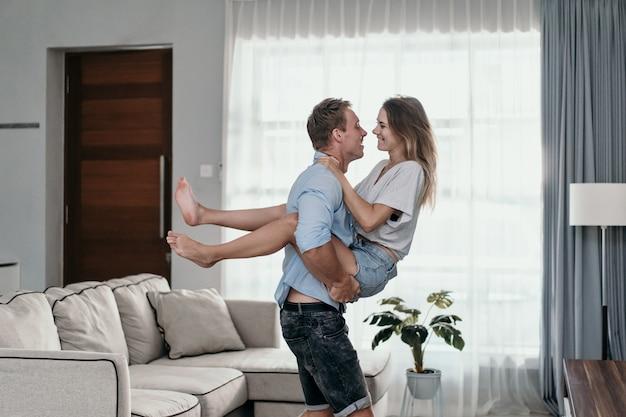 Junges schönes romantisches paar, das küsst
