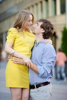 Junges schönes romantisches paarporträt an der stadt