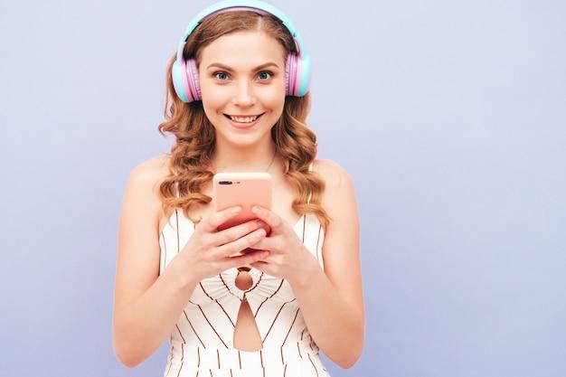 Junges sorgloses modell, das musik in drahtlosen kopfhörern hört