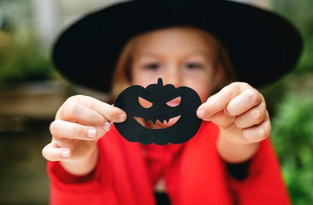 Junges spielerisches mädchen, das das halloween-festival genießt