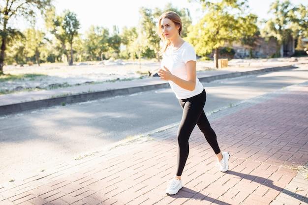 Junges sportliches mädchen, das am start vor dem rennen steht, kann für werbung, texteingabe verwendet werden