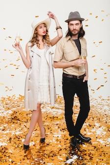 Junges stilvolles hipsterpaar verliebt, hält gläser und trinkt champagner