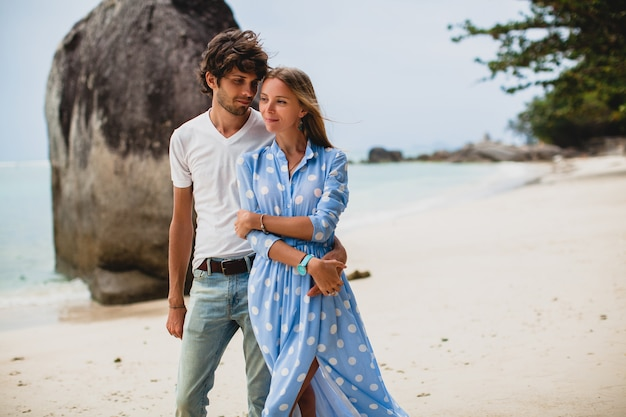 Junges stilvolles hipsterpaar verliebt in tropischen strand während des urlaubs