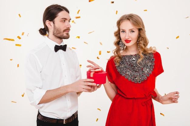 Junges stilvolles paar, das neues jahr feiert