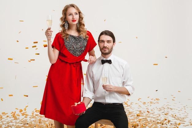Junges stilvolles paar in der liebe, das gläser hält und champagner trinkt und neues jahr feiert