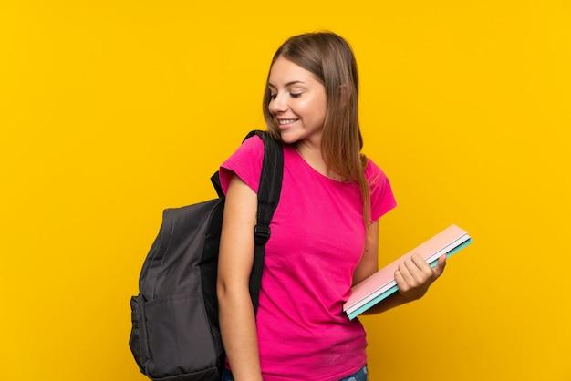 Junges studentenmädchen mit glücklichem ausdruck