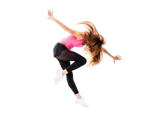 Junges tanzmädchen über getrenntem weißem springen