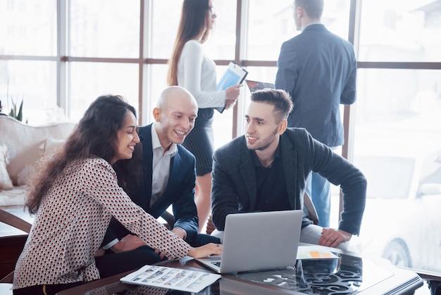 Junges team von mitarbeitern, die große geschäftsdiskussion im modernen büro machen. teamwork menschen konzept