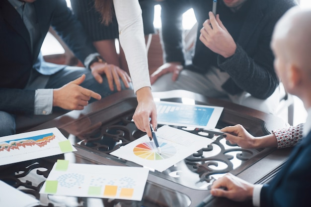 Junges team von mitarbeitern, die große geschäftsdiskussion im modernen coworking office machen. teamwork menschen konzept
