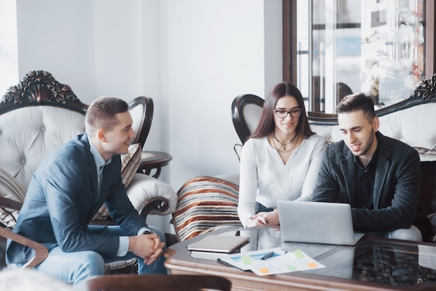 Junges team von mitarbeitern, die große geschäftsdiskussion im modernen coworkingbüro machen. teamwork people-konzept