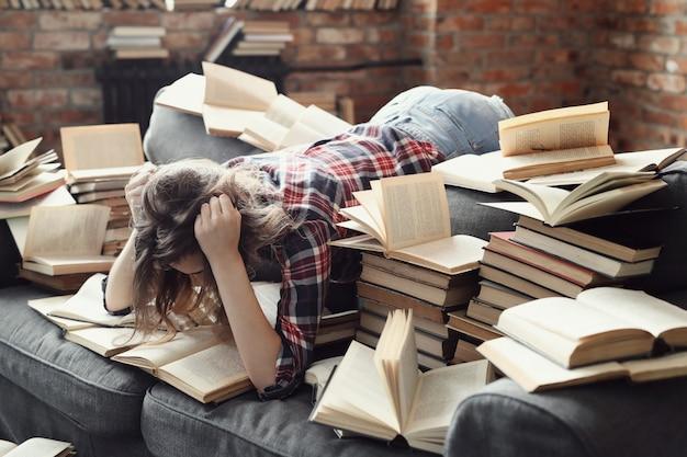Junges teenager-mädchen, das ein buch zu hause liest