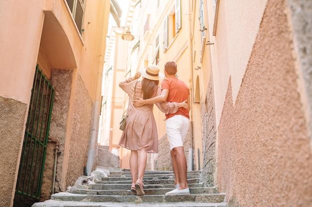 Junges touristenpaar, das an europäischen feiertagen im freien im italienischen urlaub in den cinque terre reist