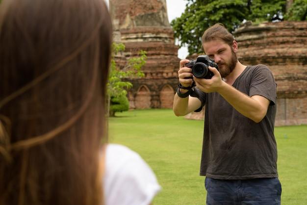 Junges touristenpaar, das urlaub zusammen in ayutthaya, thai hat
