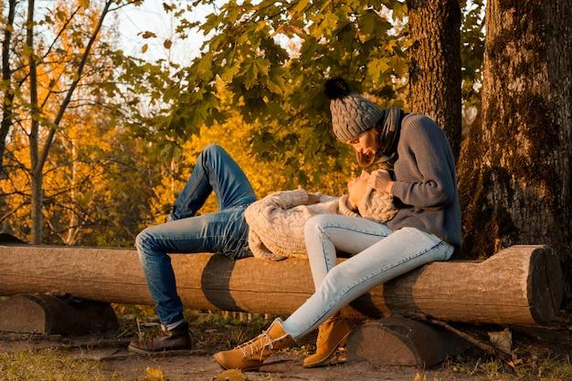 Junges und glückliches paar im herbstpark
