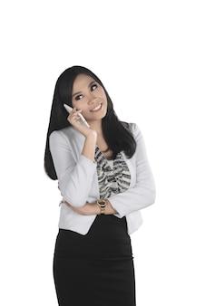 Junges und recht asiatisches geschäftsfrauengespräch mit ihrem mobiltelefon
