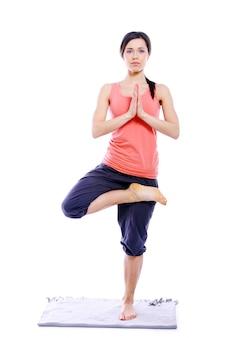 Junges und schönes mädchen, das yogaübungen tut