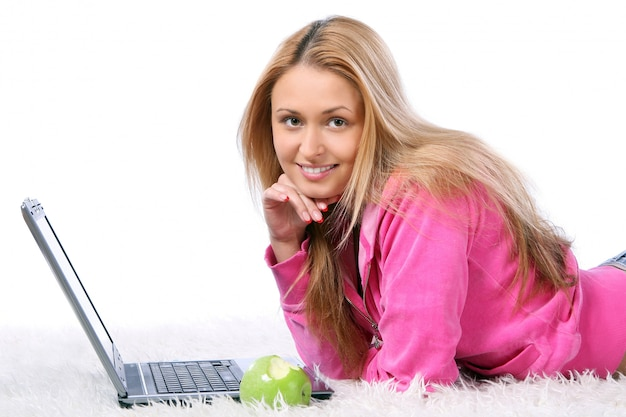 Junges und schönes mädchen mit laptop