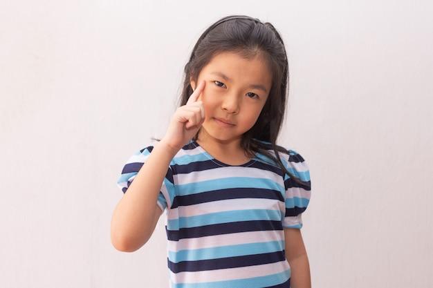 Junges und süßes asiatisches kleines mädchen denken
