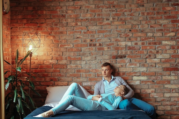 Junges verliebtes paar, das zeit zusammen verbringt. schöne frau und schöner mann, die intime momente zu hause haben