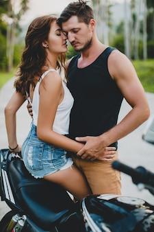 Junges verliebtes paar in der nähe von motorrad