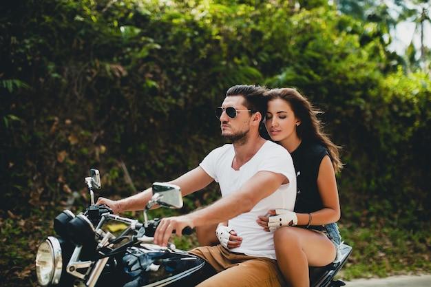 Junges verliebtes paar, motorradfahren