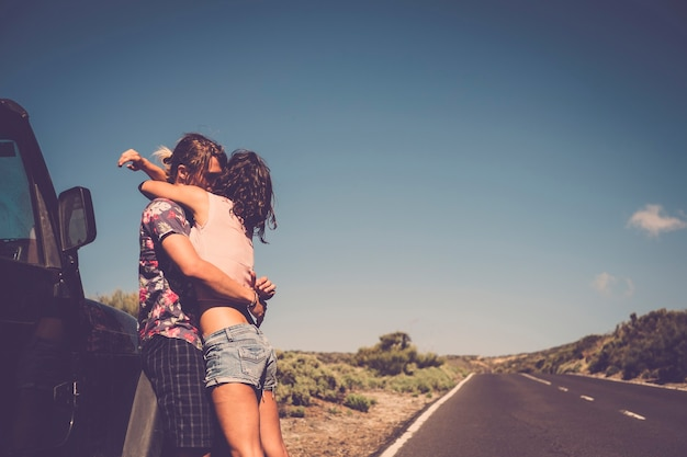 Junges verliebtes paar umarmt und genießt zusammen während eines reiseurlaubs fernweh-tag