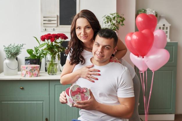 Junges verliebtes paar zu hause, das valentinstag feiert