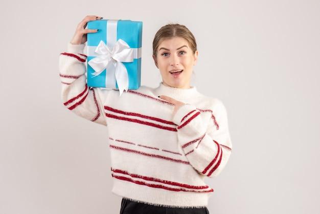 Junges weibliches haltegeschenk auf weiß