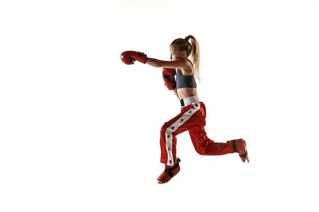 Junges weibliches kickbox-kämpfertraining auf weiß